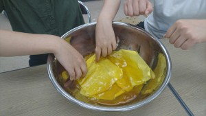 次第に優しい黄色に染まっていきます