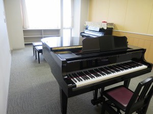 個室にはグランドピアノやアップライトピアノも設置されています。