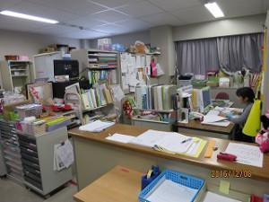 このカウンター窓口では、教員免許・保育士資格を持つ専任助手(公立保育所勤務経験有り。)が教務補助と連携して学生に対応しています。