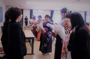 学生一同から教員へ花束贈呈